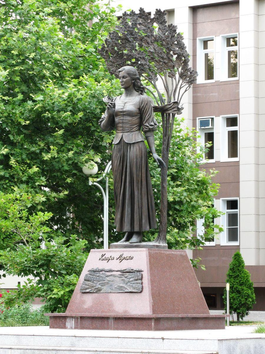 Памятник Кларе Лучко