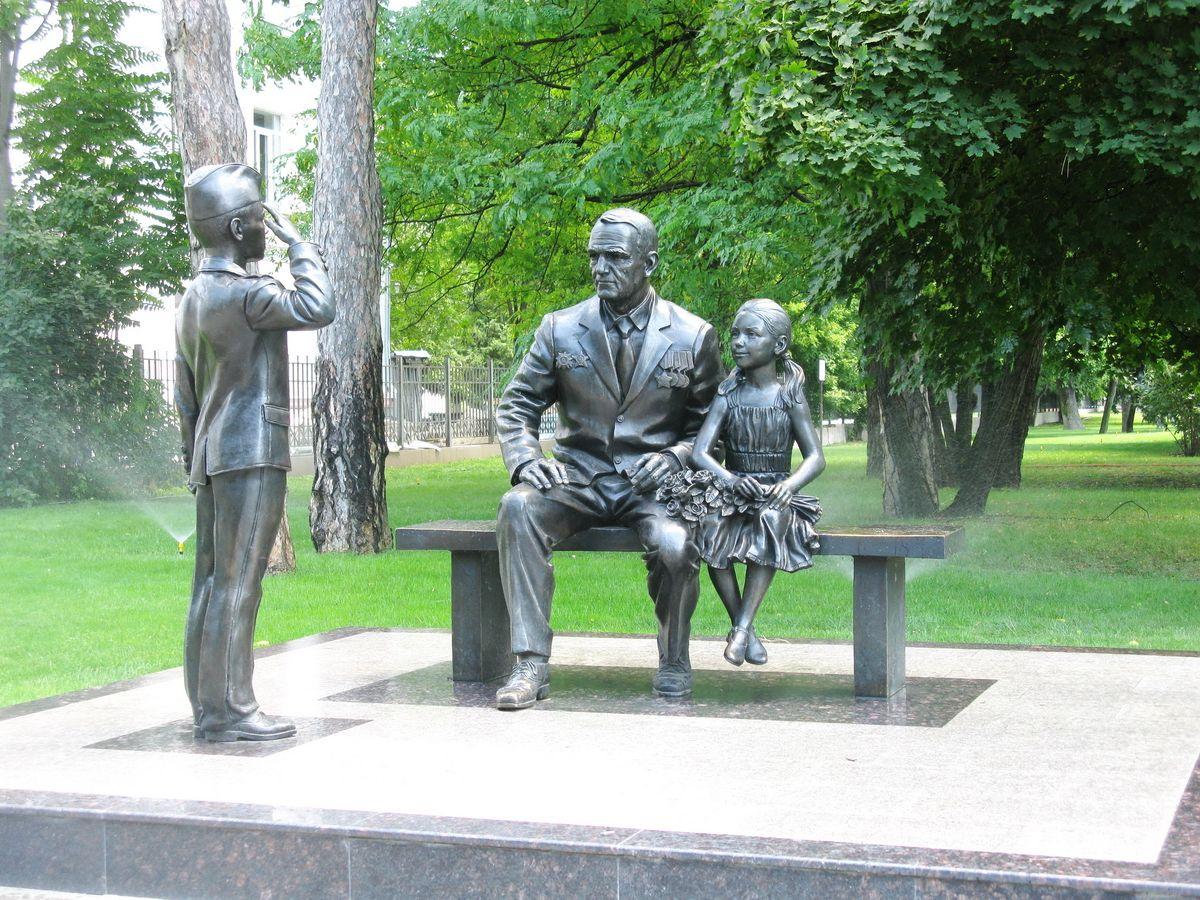 Скульптурная композиция Связь поколений